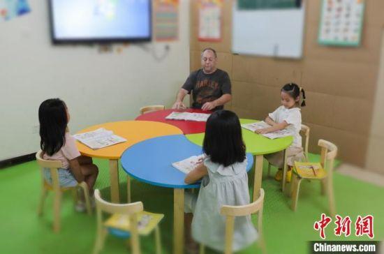 迈克正在上课。 陈蕾 摄