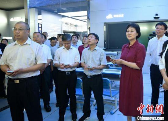 黄兰香与各民主党派班子成员及无党派人士、新的社会阶层人士代表在中南大学科技园(研发)总部一企业感受智慧课堂。 符谦 摄