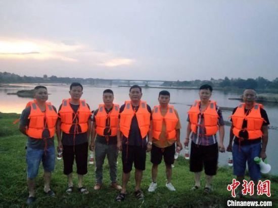 """村民自发成立""""防溺水应急救援巡逻志愿者""""队伍。 詹业成 摄"""