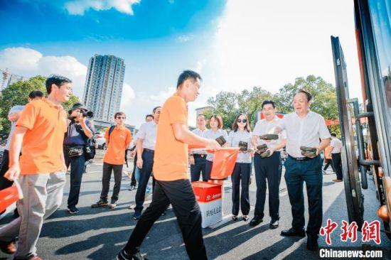 相关领导向赴格队员赠送防疫小礼包。 吴涛 摄