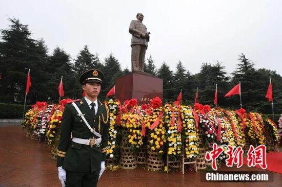 湖南韶山毛泽东铜像广场。杨华峰 摄