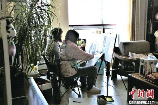 吴��雯和屈羡一起画画。 受访者供图