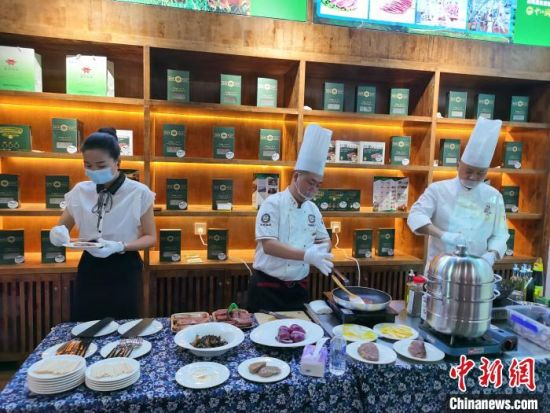 在湖南省消费扶贫示范中心花垣县生活馆,工作人员正在烹制消费扶贫牛肉产品。 向一鹏 摄