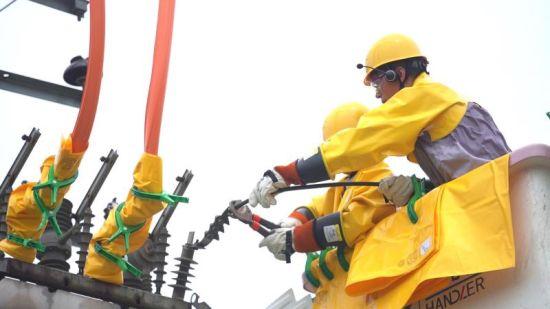 国网安化县供电公司员工在农网改造施工现场进行高空作业。王玉程摄