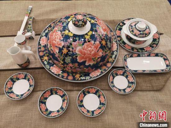精美的醴陵陶瓷作品。 刘曼 摄