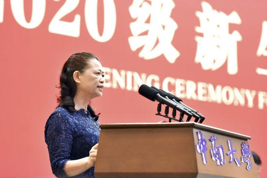 中南大学校长田红旗代表全校师生员工向万余名新同学们热情喊话。