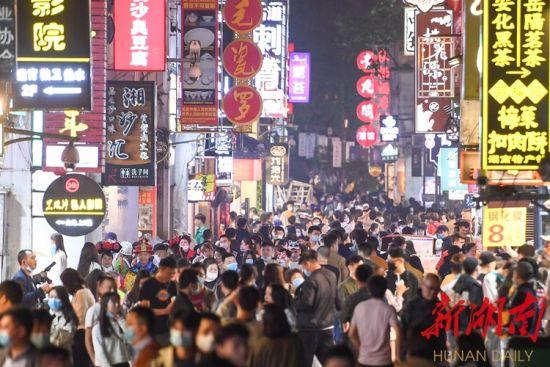 4月24日晚,不少市民在长沙市太平街观光购物。湖南日报・华声在线记者 傅聪 摄