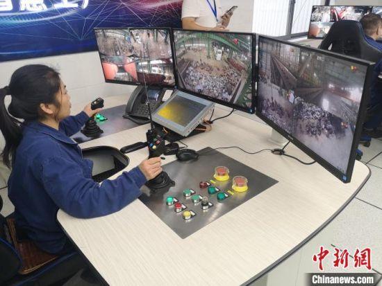 在湘钢五米宽厚板厂,运用5G技术,工程师可在室内操作天车。 唐小晴 摄