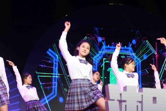 百名湘台大学生以《乘风破浪》舞蹈开场。