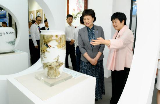 湖南省委常委、省委统战部部长黄兰香(右二)在开幕式前巡馆。