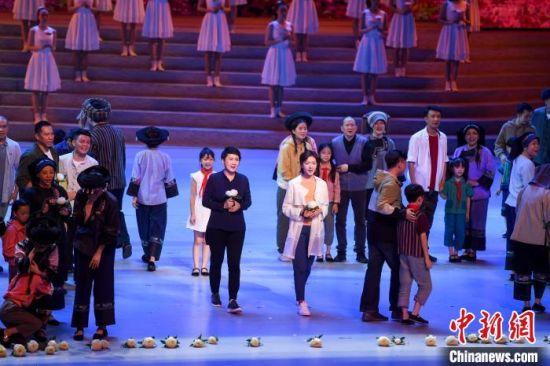 张凯丽与万茜(图右)领衔主演。 杨华峰 摄