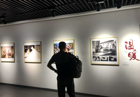 参观者欣赏作品。邓霞摄