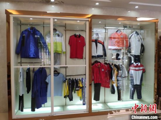 康汇服装公司的校服产品展示。 王昊昊 摄