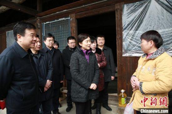 湖南省政协主席李微微一行看望慰问困难群众。 唐静婷 摄
