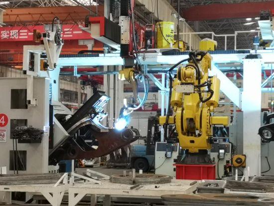 """三一""""18号厂房""""的机器人正在焊接。 唐小晴 摄"""