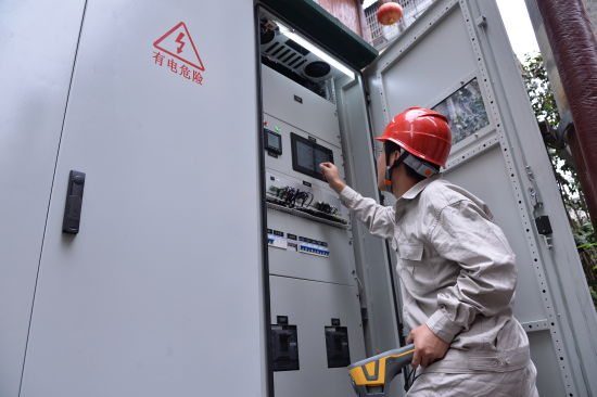 国网湖南电力工作人员在古井小区对储充一体化装置进行调试检测