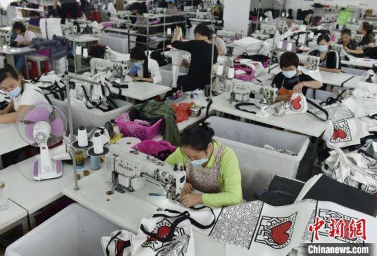 工人正在制作手袋。 杨雄春 摄