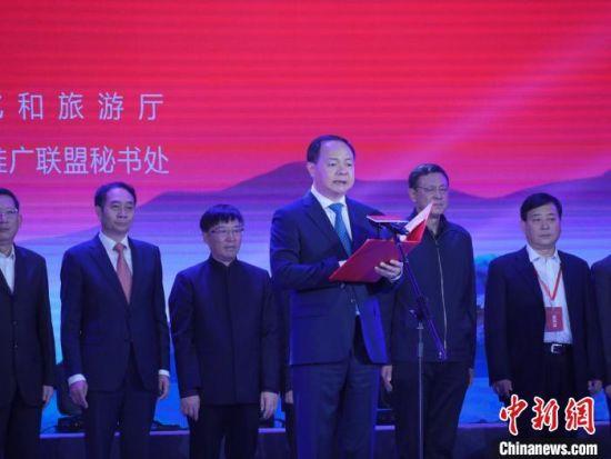 中共长沙市委副书记、市人民政府市长郑建新宣读《红色旅游创新发展长沙宣言》。 王昊昊 摄