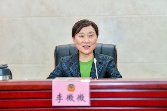 湖南省政协主席李微微在会上讲话。