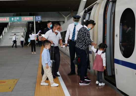 """乘客搭乘首趟""""南岳衡山""""高铁冠名列车。文兰 摄"""