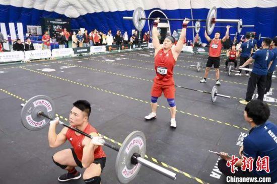 男选手完成20公斤的杠铃举起与下蹲动作。 杨华峰 摄