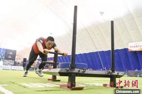 男选手进行推80公斤的雪橇比赛。 杨华峰 摄