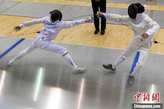 男子组进行重剑比赛。 杨华峰 摄