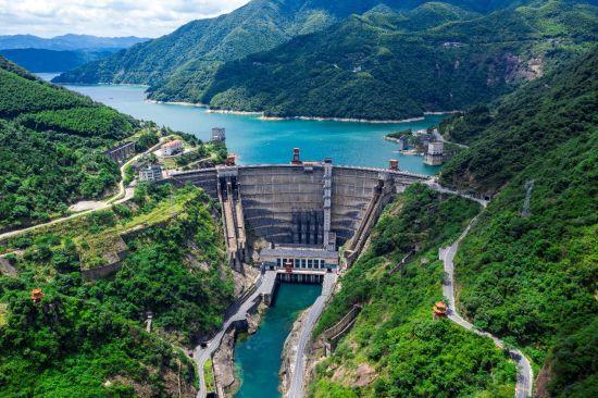 一坝锁东江,高峡出平湖。资兴市委宣传部供图