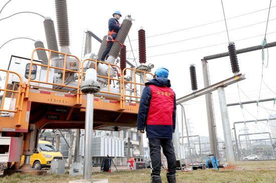 变电检修工作人员在110千伏刘家岭变电站调试移动变压器。