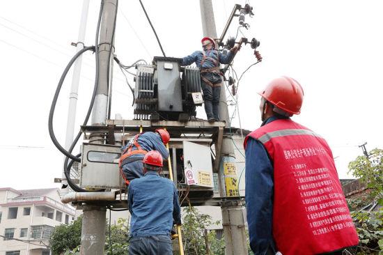 珠晖区白沙供电所员工消除台区配电变压器缺陷。