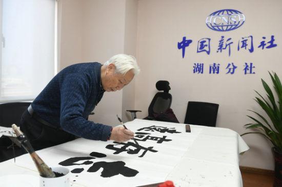 潇湘齐白石艺术研究院院长赵焱森正在创作。