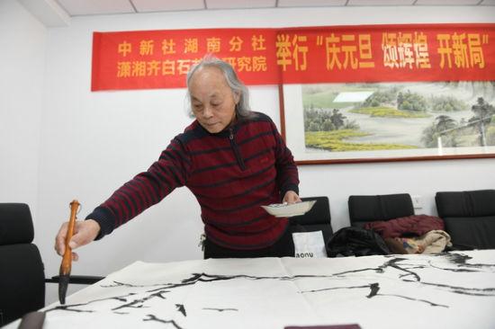 潇湘齐白石艺术研究院副院长周国民正在创作。