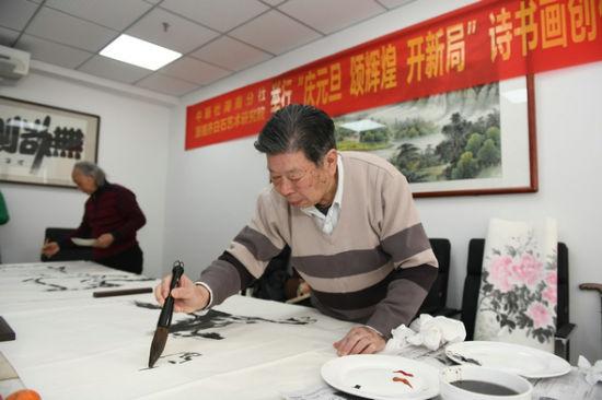 著名艺术家凌文虎在创作。