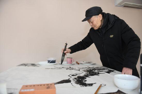 著名艺术家陈觉群正在创作。