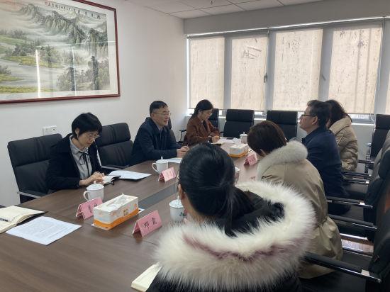 邓建华一行与中新社湖南分社主要负责同志座谈。