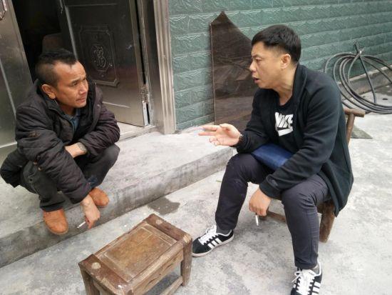 县委宣传部工会主席杨华驻小章村第一书记走访贫困户。