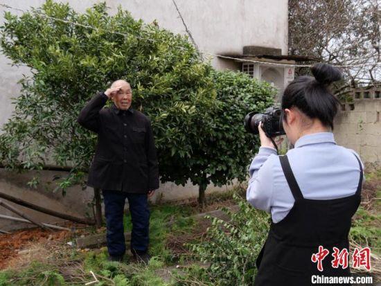 苏萌在为一位老爷爷拍照。 王昊昊 摄