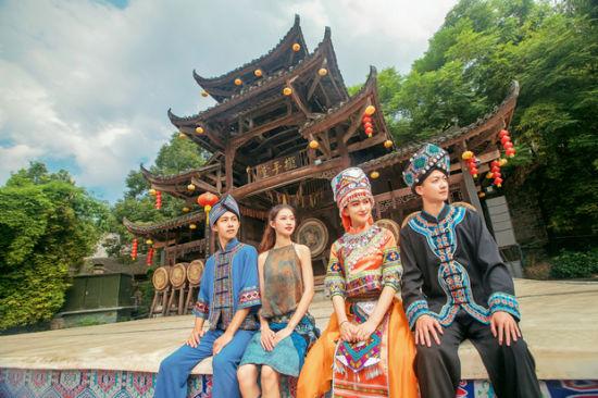 芙蓉镇春节上演最传统土家年俗。