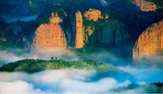 """(�~山丹霞一处被称为""""眼镜蛇""""的景观。何志鸿 摄)"""