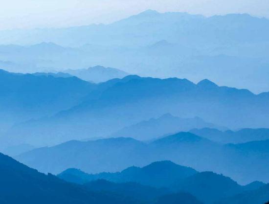 (雪峰山脉北段的大熊山,由数十座海拔 1000米以上的山峰,组成了一个宏大的山体,连绵百里。吴小兵 摄)