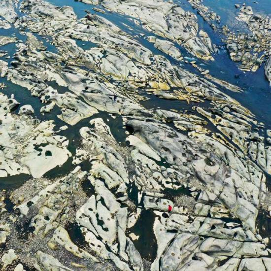 (资水流经桃江县泉峰滩时,其上蚀沟纵横、壶穴密布,蔚为壮观。摄影/卢七星)