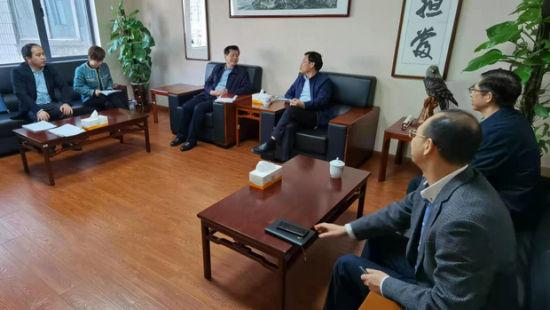 湖南省教育厅副厅长王仁祥(右三)一行就职业教育宣传工作到中新社湖南分社进行座谈交流。