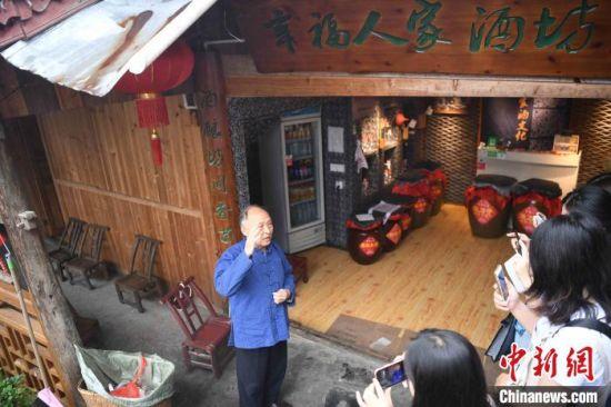 十八洞村民有新职业,成为农家乐老板、酒坊老板。 杨华峰 摄