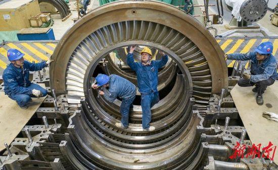 2021年2月18日,国家能源集团湖南永州公司员工们抓紧施工作业。严洁 摄