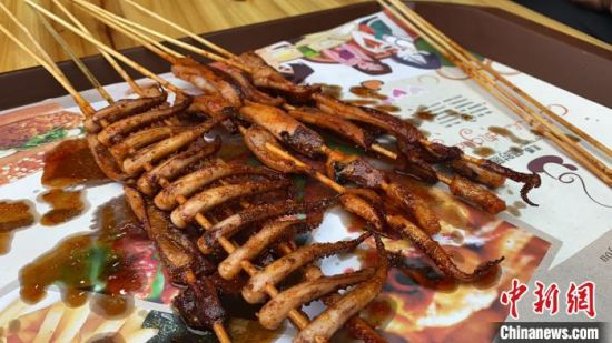 林新德制作的烤鱿鱼。 王昊昊 摄