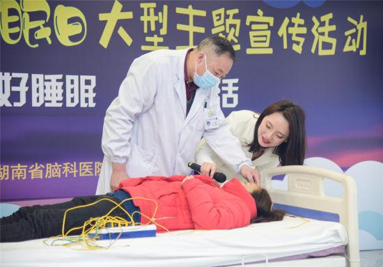 医护人员教导一套健康睡眠居家调节方法。