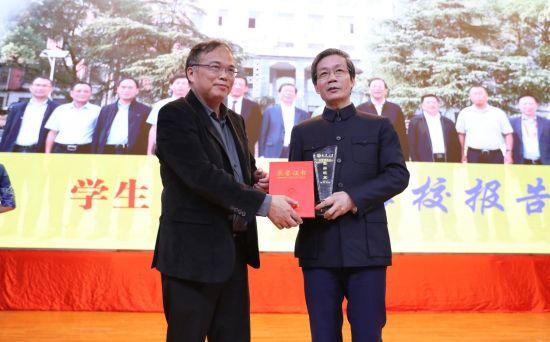 南华大学校长张灼华为陈国强院士颁发杰出校友荣誉证书。曹正平 摄