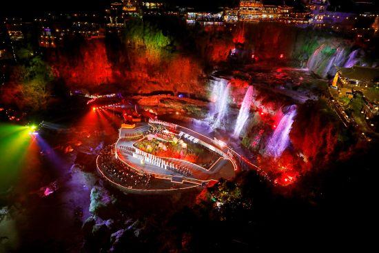 芙蓉镇举办大型山水交响晚会 。