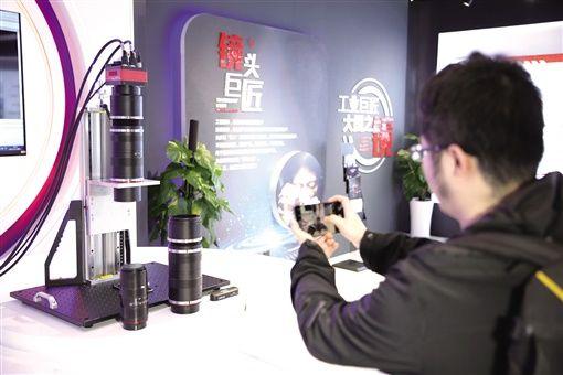 全球首款1.5亿像素大靶面工业镜头也在长步道问世,小到手机屏幕、大到100英寸液晶面板,均可通过该镜头检测出瑕疵。 (高兴供图)