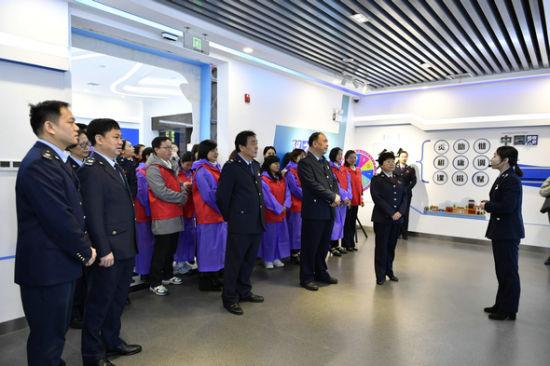 湖南省税务局、长沙市税务局领导与志愿者代表在税收宣传展厅观摩学习。